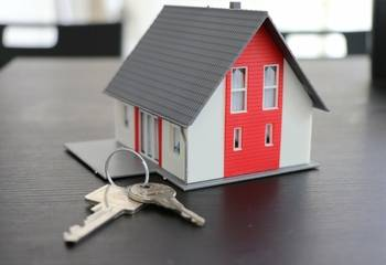 Dom czy mieszkanie – co opłaca się kupić w 2021 roku?