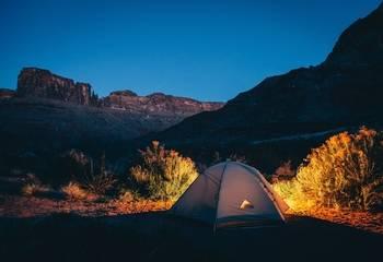 Wakacje pod namiotem - gdzie się wybrać i co zabrać pod namioty?