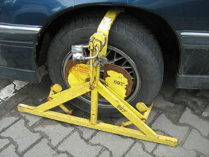 Blokada na koło – kiedy może zostać założona i ile kosztuje jej zdjęcie?